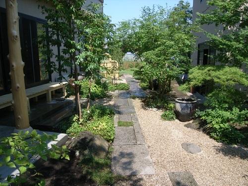 灯篭の立つ庭1