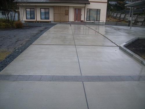 広いアプローチと曲線フェンスのある家2