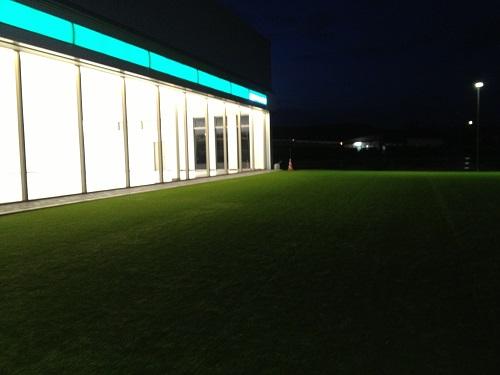 人工芝のある展示場1