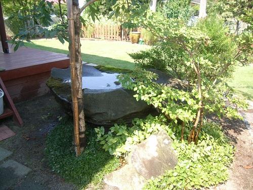 自然石の水鉢 小鳥が水浴びします